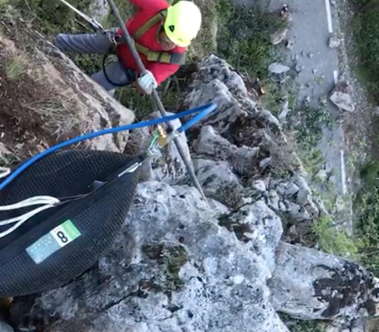 Vídeo del sistema pneumàtic innovador que iMuntanya utilitza per sanejar les vessants de blocs inestables
