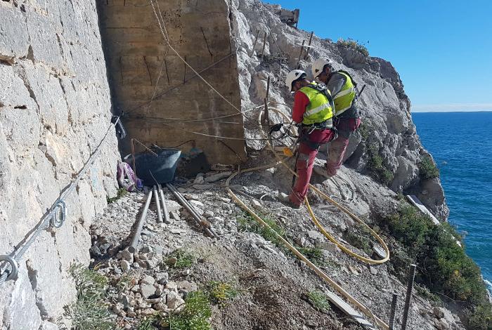 Trabajos en un falso túnel en El Garraf
