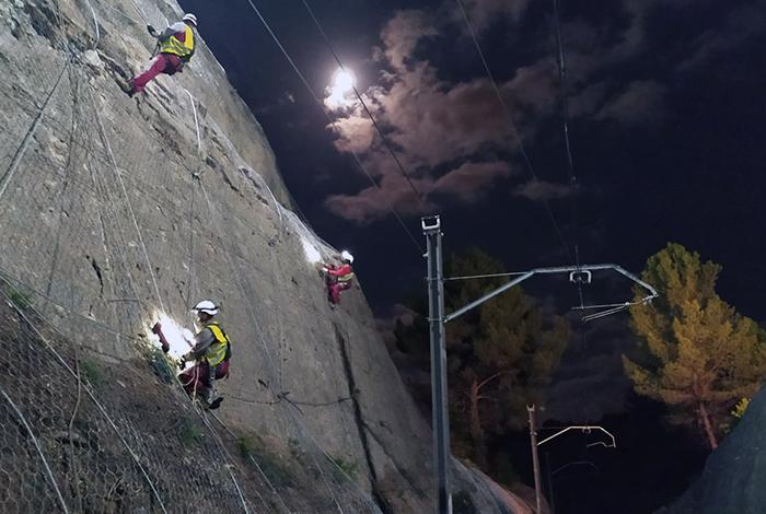 Treballs nocturns d'estabilització d'un talús en la línia de FGC Rodalies
