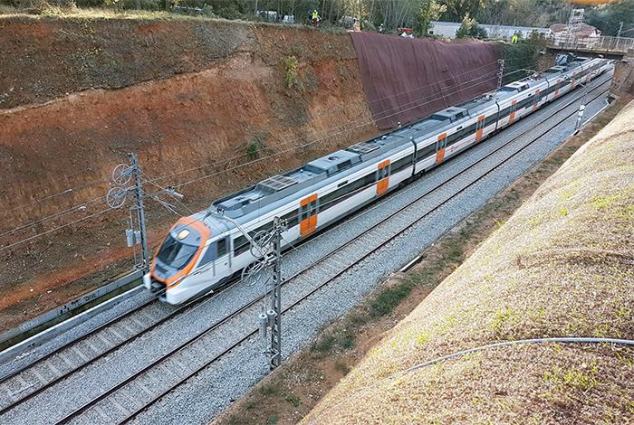 iMuntanya duent a terme treballs d'estabilització de la vessant en una línia de tren