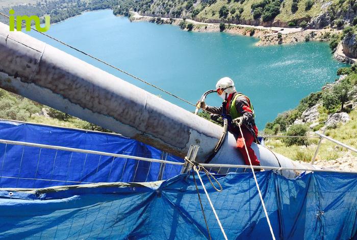 Reparació d'una canonada d'hidroelèctrica a Es Gorg Blau